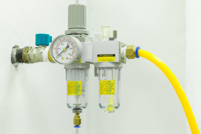 Das Bild zeigt einen Luft Öler bzw. eine Wartungseinheit im Einsatz. Eine Ölkanne wäre hier nutzlos.